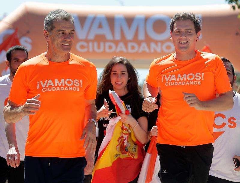 El candidato de Ciudadanos a la Presidencia del Gobierno, Albert Rivera (d), y el candidato a la Presidencia de la Generalitat, Toni Cantó, participan en una