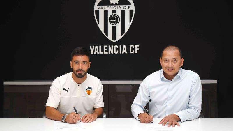 El lateral izquierdo Jaume Costa con el presidente del Valencia, Anil Murthy, club al que llega cedido por una temporada del Villarreal. EFE/Valencia CF