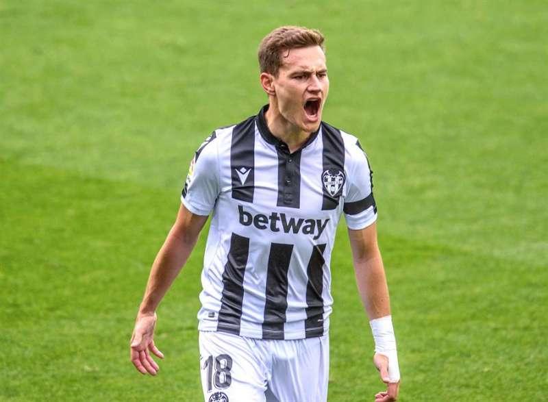 El centrocampista del Levante, Jorge De Frutos celebra la consecución del primer gol. EFE