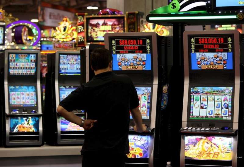 Un usuario de máquinas tragaperras en una feria de juegos recreativos. EFE