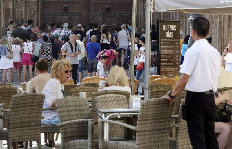 Un camarero permanece atento en una terraza de la plaza de la Virgen de València en una imagen de archivo