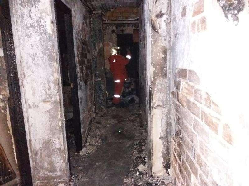 Imagen cedida por el Consorcio Provincial de Bomberos del interior de la vivienda incendiada este jueves en Utiel (Valencia), en la que han muerto dos jóvenes y una chica ha resultado herida. EFE