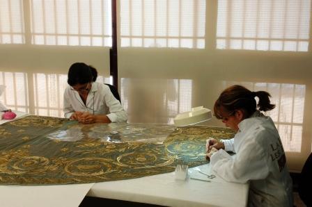 Trabajo de conservación de textiles de restauradores de La Luz de las Imágenes. Foto EPDA