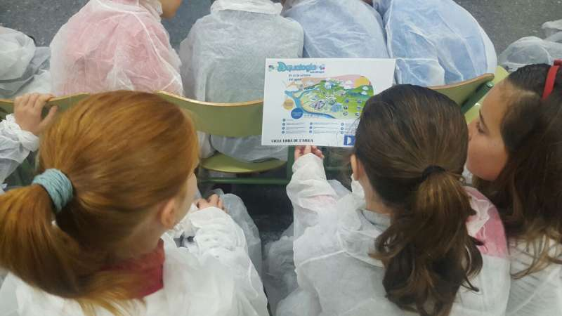 Un grupo de niños participando en las actividades organizadas por Hidraqua