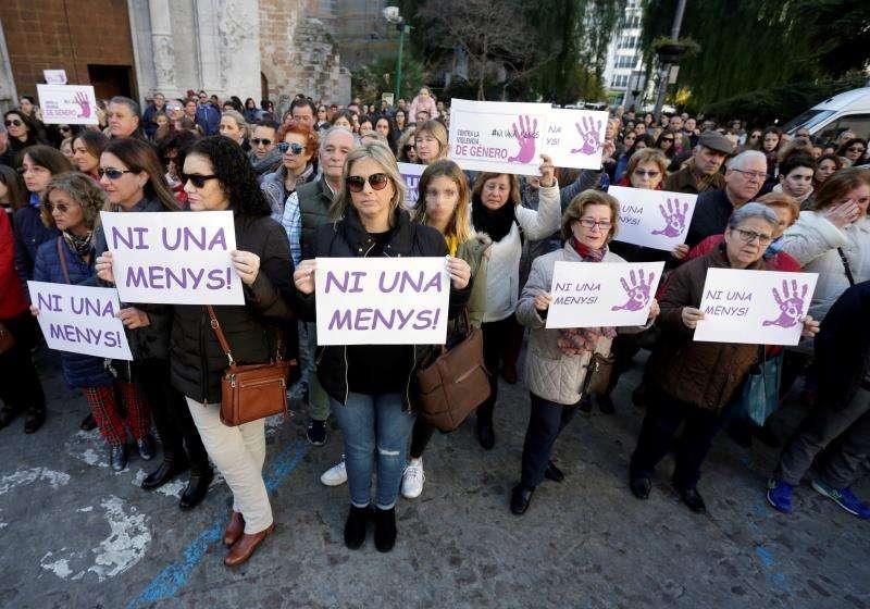 Cientos de personas se han concentrado hoy a las puertas del Ayuntamiento de Burriana (Castellón). EFE