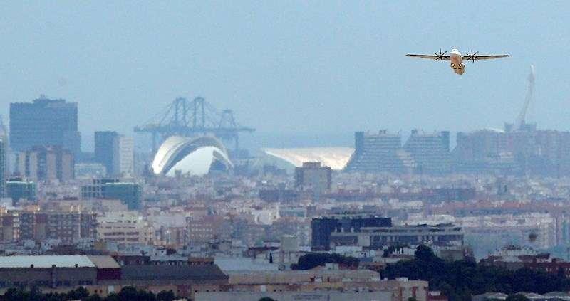 Un avión comercial despega del aeropuerto de València en una imagen de archivo. EFE