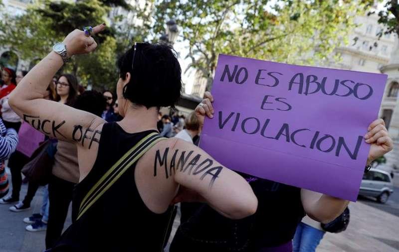 Imagen de archivo de una concentración en València en contra de la impunidad por la violencia sexual contra las mujeres. EFE