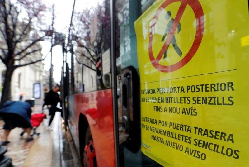 Un cartel en la puerta delantera de un autobús de la Empresa Municipal de Transportes (EMT) de València. EPDA