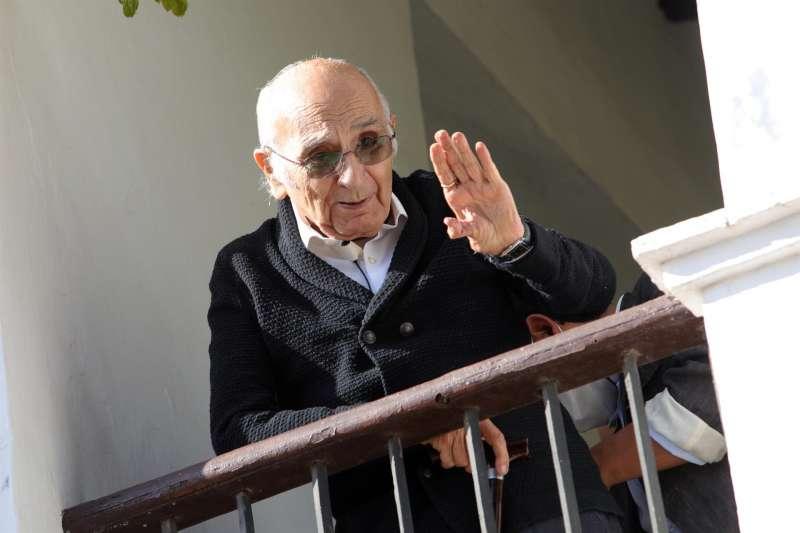 El poeta valenciano Francisco Brines, en su casa familiar en Oliva (Valencia), el día en que conoció que le habían concedido el Premio Cervantes 2020.