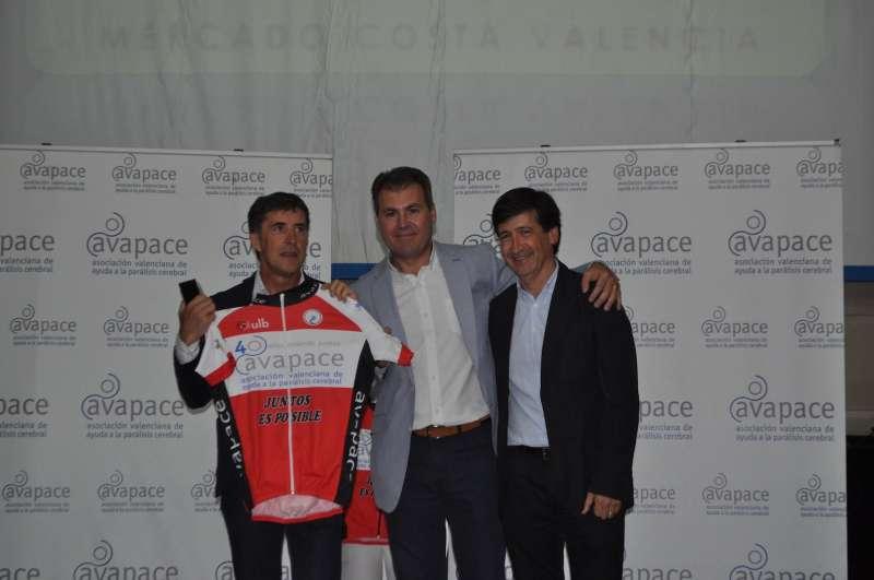 Pedro Delgado, el día de la presentación de la carrera en Bétera junto a los responsables de AVAPACE. //EPDA