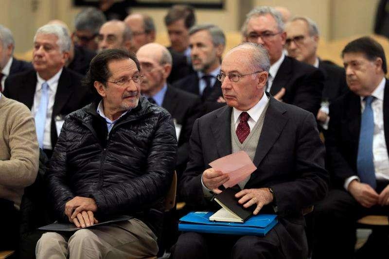 El expresidente de Bankia Rodrigo Rato (d) junto al exconsejero de Caja Madrid José Antonio Moral Santín (i), durante el inicio del juicio por la salida a Bolsa de la entidad en 2011 que se celebra en la Audiencia Nacional de San Fernando de Henares. EFE