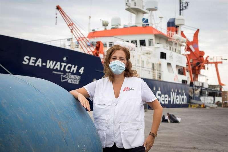 La delegada de Médico Sin Fronteras (MSF) en la Comunitat Valenciana, Mila Font, junto al Sea-Watch 4 fondeado en Burriana (Castellón). EFE/ Domenech Castelló