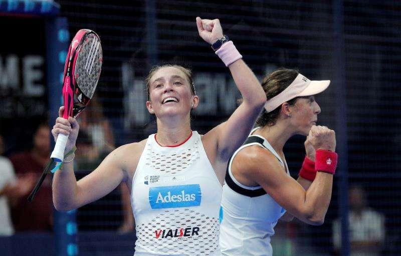 Las jugadoras Marta Ortega (i) y Marta Marrero celebran su victoria en el Valencia Open 2019 de pádel. EFE