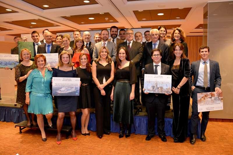 Miembros de la Junta Directiva de Propeller Valencia con los ganadores de los premios de la rifa de la cena benéfica celebrada en la edición del año pasado