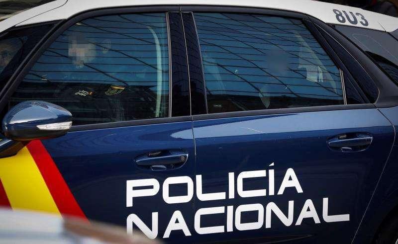 Un detenido en la parte de atrás de un coche de la Policía Nacional. Archivo/EPDA