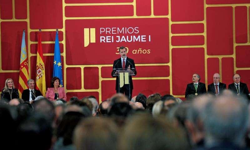 El rey Felipe VI se dirige a los asistentes durante la ceremonia de entrega de la trigésima edición de los Premios Jaime I, en la Lonja de València. EFE