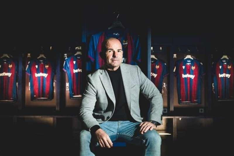 Paco López, en una imagen difundida por el Levante UD con motivo de la renovación del técnico