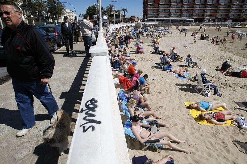 Decenas de turistas aprovechan el sol en la playa Los Locos de Torrevieja, en unas vacaciones de Semana Santa. EFE/Archivo