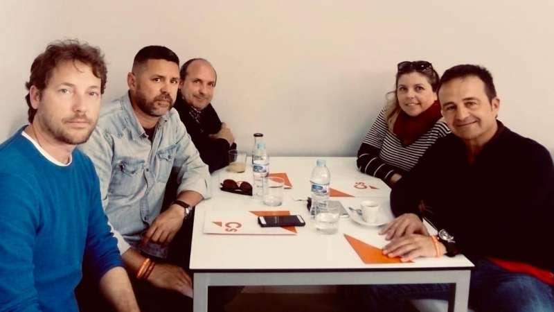 Raúl Castillo con Salva Montesinos y otros miembros del partido en una reunión. EPDA