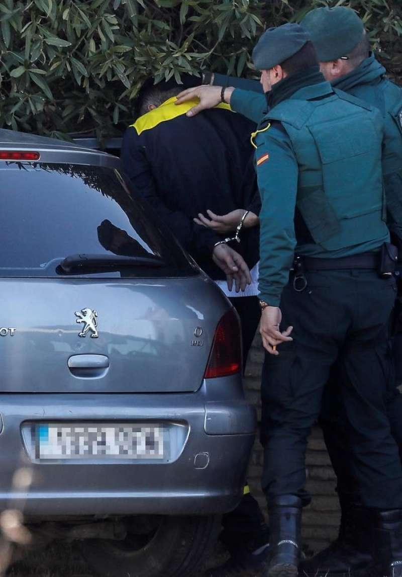 Agentes de la Guardia Civil conducen a un detenido en una imagen de archivo. EFE