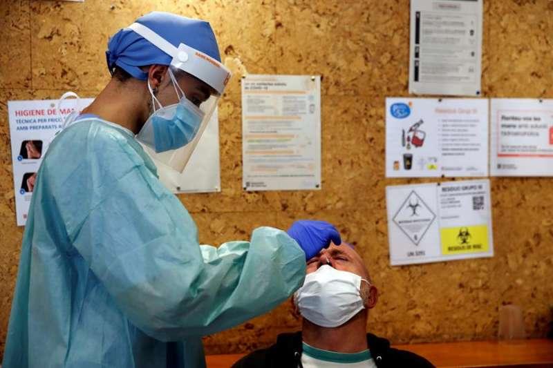 Profesionales sanitarios realizan test serológicos. EFE/Toni Albir/Archivo