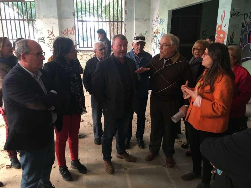 Mónica Oltra con los mayores y alcalde de Sagunt en las instalaciones. EPDA