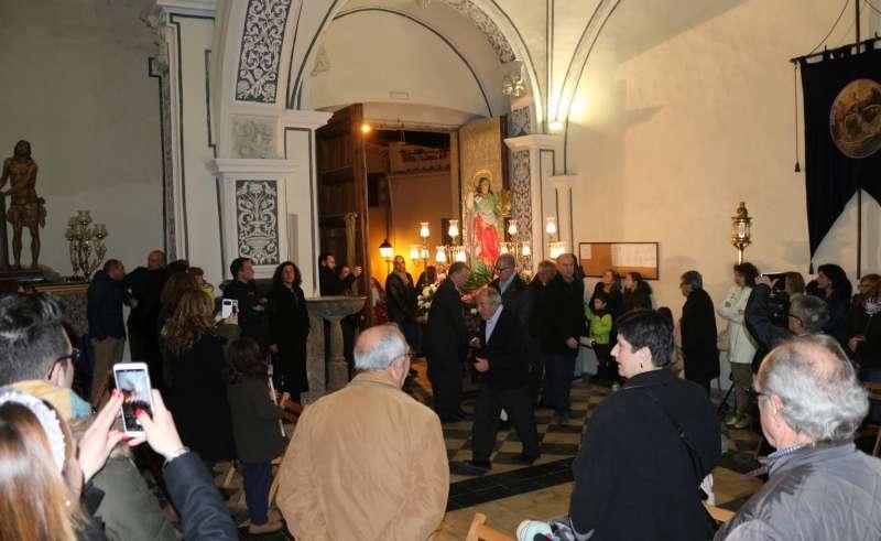 La imagen de la santa penetrando en la iglesia de Santa Ana