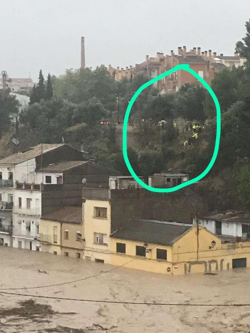 Vecinos de La Canterería tratando de ponerse a salvo. EPDA
