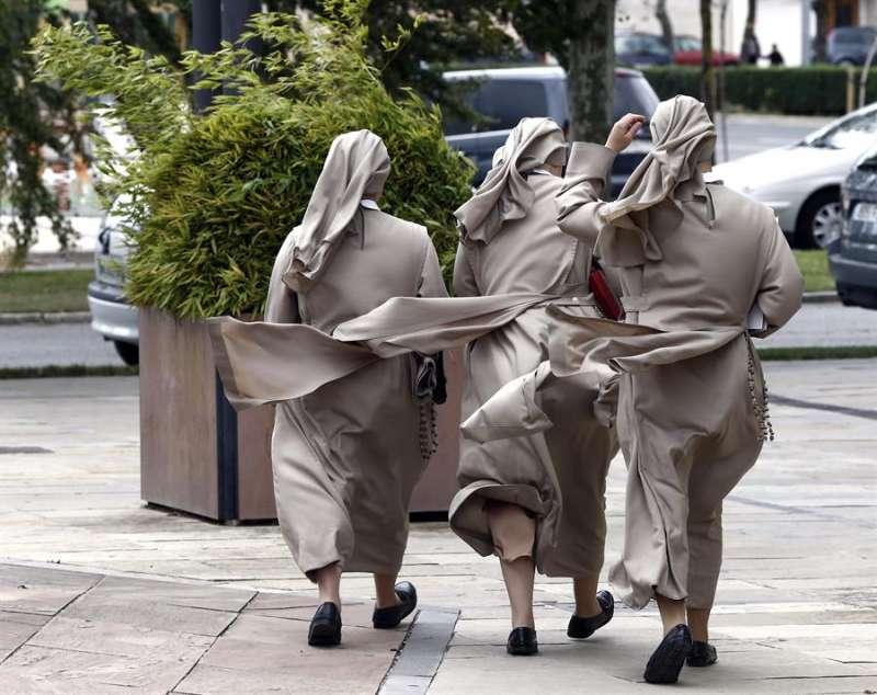 Un grupo de monjas camina por las calles en un día ventoso. EFE/Archivo
