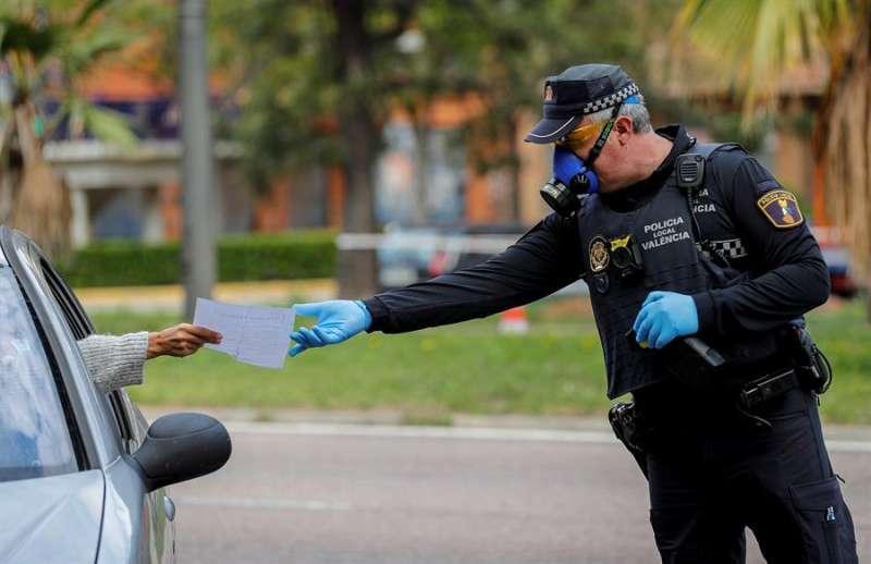 Un agente de la Policía Local en un control realizado en una de las entradas a València durante el confinamiento. EFE