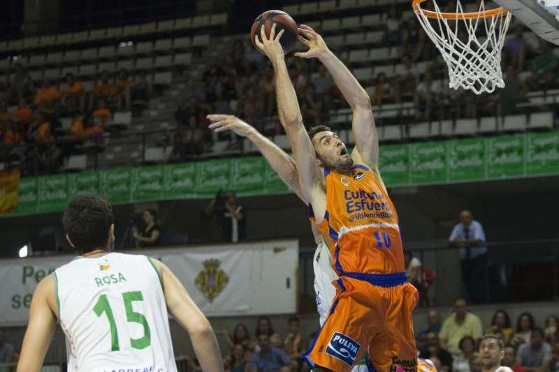 El jugador del Valencia Basket Mike Tobey entra a canasta. EPDA/ Miguel Ángel Polo