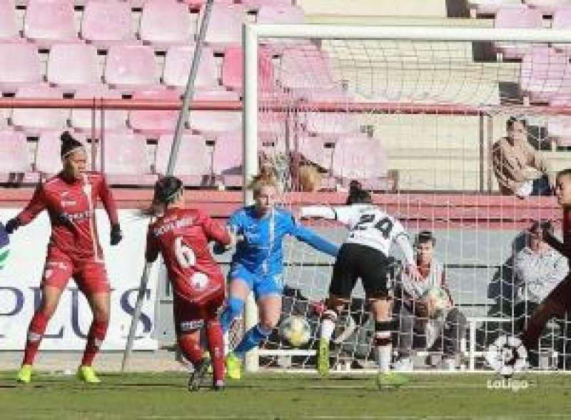Un remate de la jugadora del Valencia, Alejandra, ante la defensa del Logroño, Silvia Ruiz.. EPDA