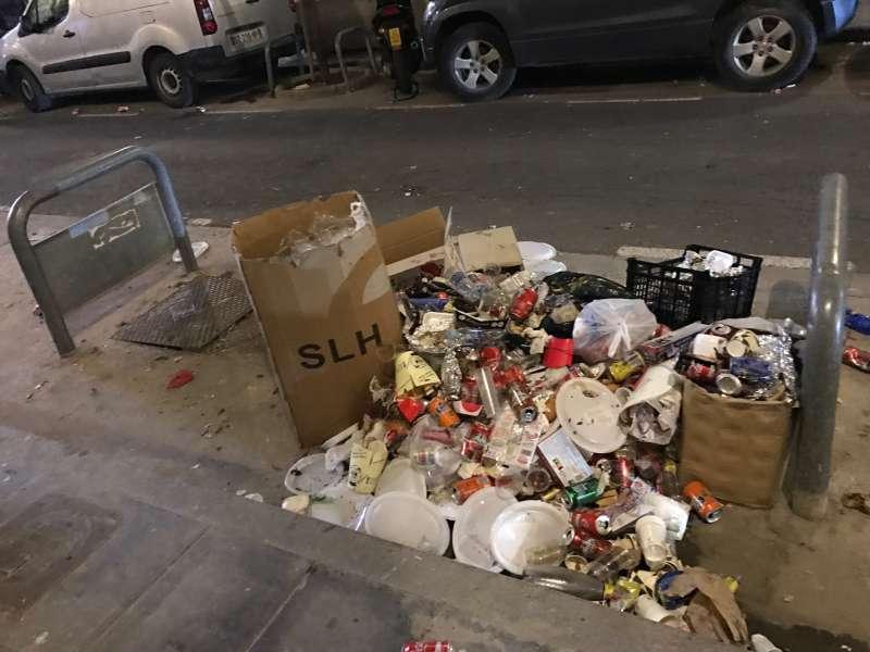 Basura acumulada donde solía haber un contenedor. FOTO P. T.