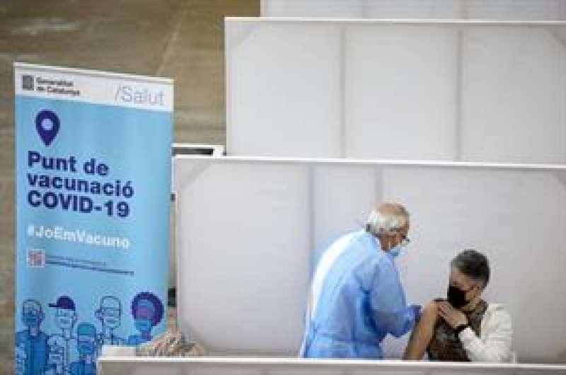 Una persona vacunándose. EFE