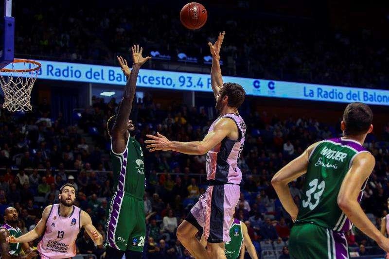 El alero canadiense del Valencia Basket Aaron Doornekamp (2d) lanza a canasta ante Mathias Lessort, de Unicaja, en el partido correspondiente a la jornada 5 del Top 16 de la Eurocopa en el Palacio de los Deportes José María Martín Carpena, en Málaga. EFE