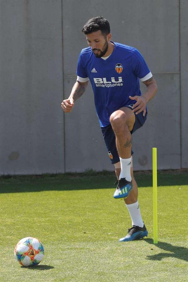 El jugador argentino del Valencia CF, Ezequiel Garay, durante un entrenamiento. EFE/Archivo