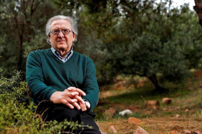 El catedrático de Geografía Humana Juan Romero durante la entrevista. EFE/Manuel Bruque