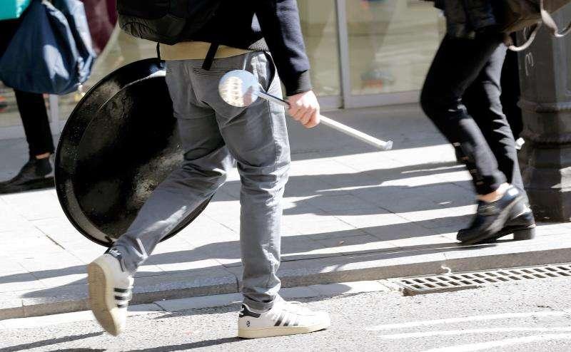 En la imagen, una persona traslada una paella. EFE/Archivo