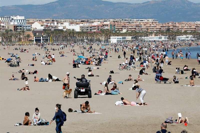 Miles de personas de personas disfrutan hoy del buen tiempo en la playa de la Malvarrosa y el Paseo Marítimo de València. EFE