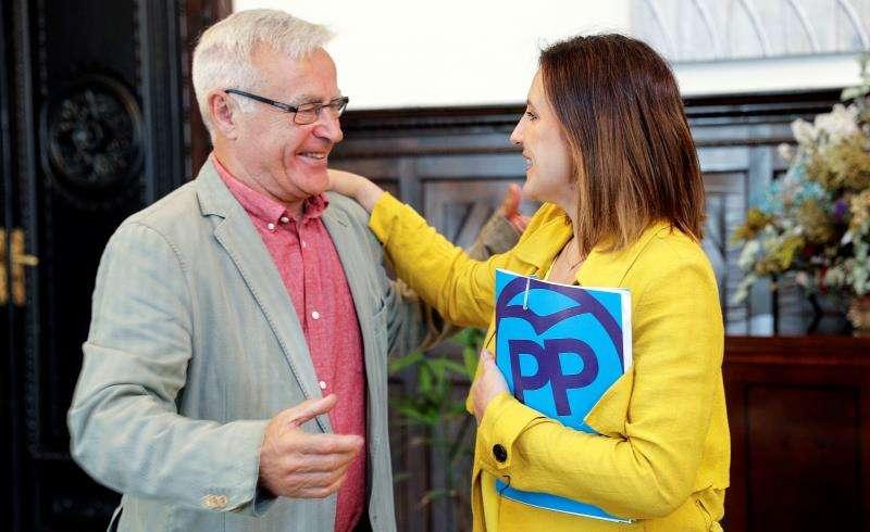 El alcalde de València, Joan Ribó, abre con la candidata del PP a la alcaldía, María José Català. EFE