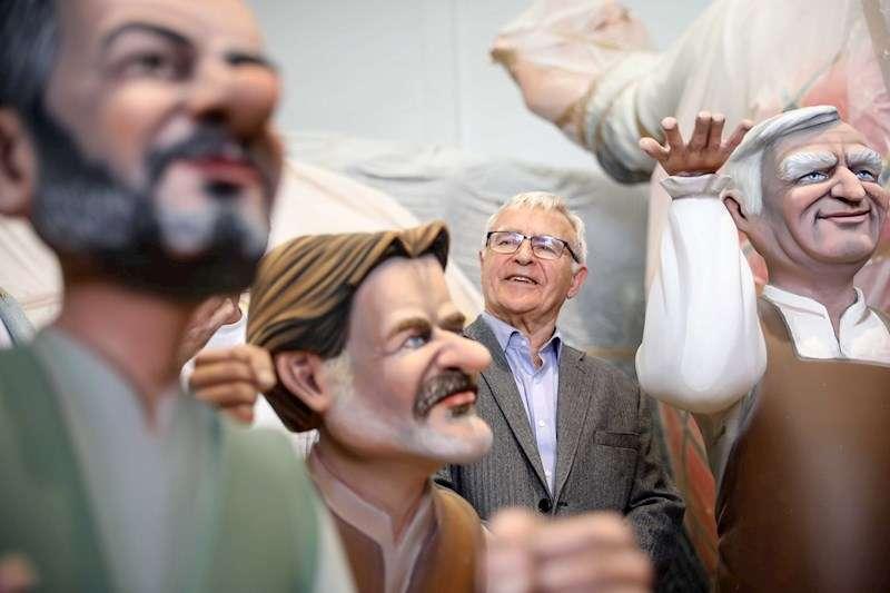 El alcalde de València, Joan Ribó, durante la visita que ha realizado este jueves a los talleres de la Ciudad del Artista Fallero. EFE