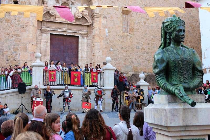 Un busto de la reina María de Luna preside el mercado