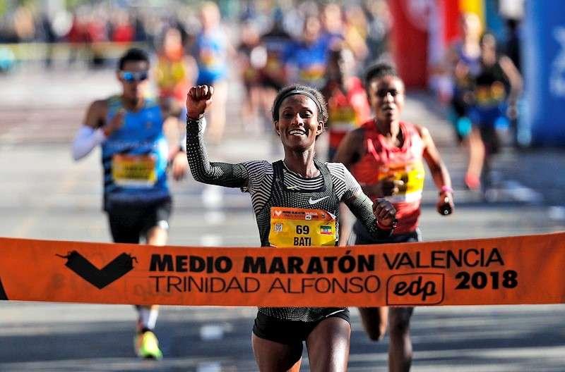 La etíope Gelete Burkatras imponerse en el medio maratón Trinidad Alfonso EDP. EFE/Manuel Bruque