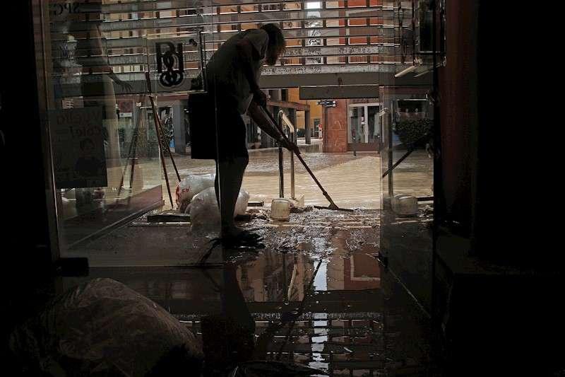 Vecinos de Orihuela limpian sus casas y negocios anegados por la avenida de agua provocada por el desbordamiento del río Segura tras el paso de la Gota Fría en la Comunidad Valenciana.EFE/MORELL/Archivo