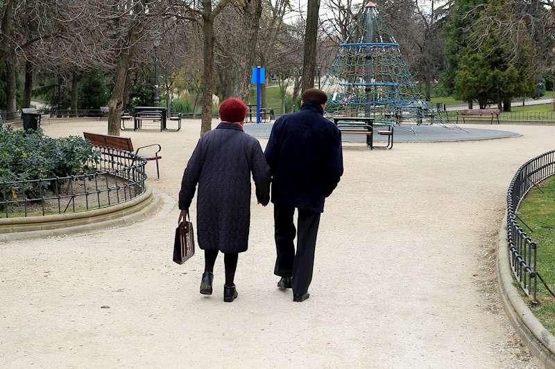 Dos personas ancianas caminan por un parque. EFE/Archivo