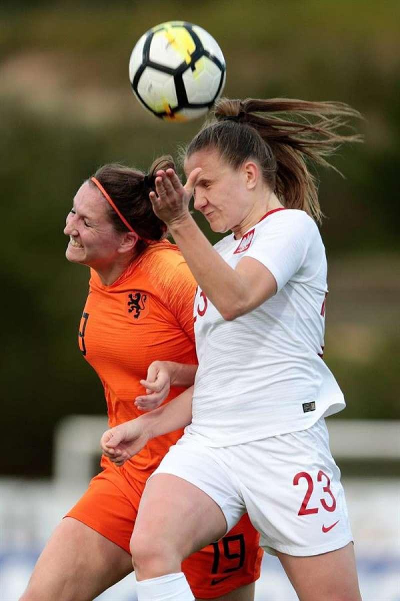 La holandesa Ellen Jansen (iz) disputa un balón a una rival en un partido con su selección nacional. EFE. EPDA.