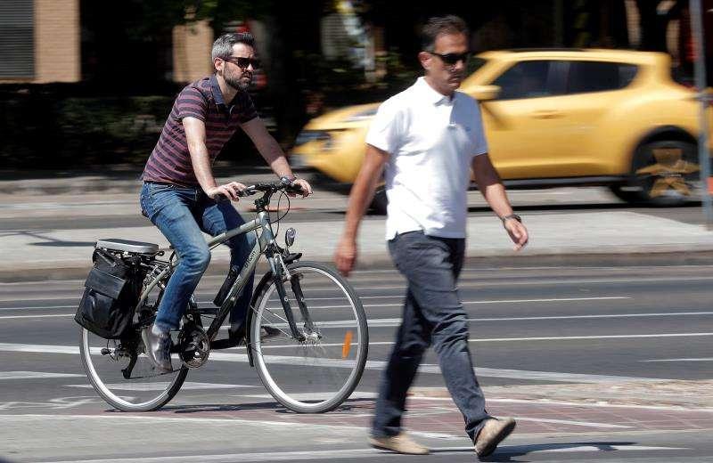Un ciclista circula por la ciudad cuando este viernes el concejal de Movilidad Sostenible de València en funciones, Giuseppe Grezzi, ha informado de la entrada en vigor de la nueva Ordenanza de Movilidad. EFE