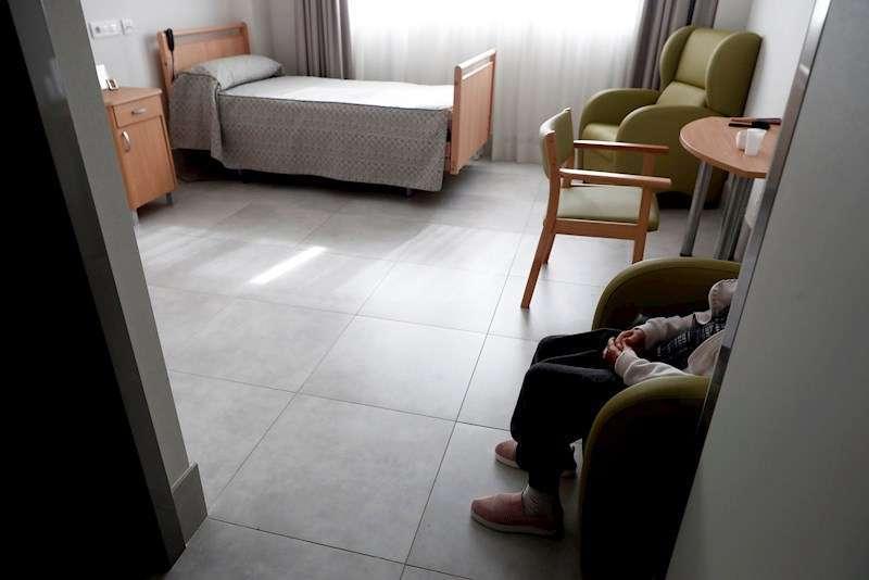 Una anciana descansa en su habitación de una residencia. EFE/Archivo