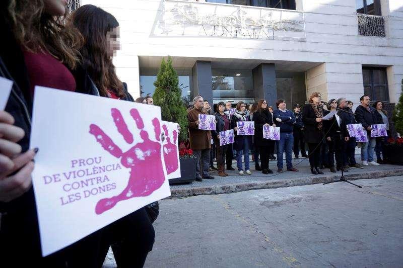 Concentración de protesta a las puertas del Ayuntamiento de Burriana (Castellón) en solidaridad con la joven de 17 años que la pasada Nochevieja fue violada presuntamente por dos hombres. EFE/Archivo