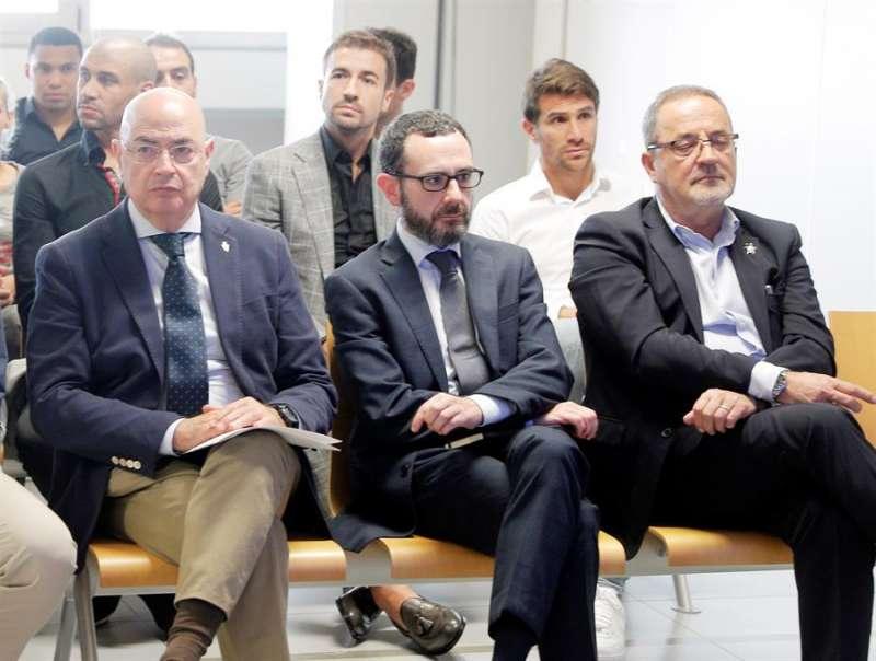 El expresidente del Zaragoza Agapito Iglesias (d) y el exdirectivo del mismo club Javier Porquera (a su lado), en el banquillo en el primer gran juicio en España por el amaño de un encuentro, el que disputaron el Levante y el Zaragoza en la última jornada de la campaña 2010-201. EFE/Kai Försterling